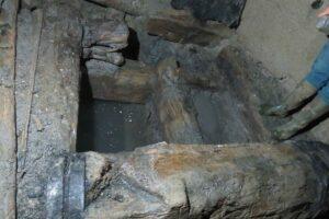 Les boiseries du puits hors de l'eau.